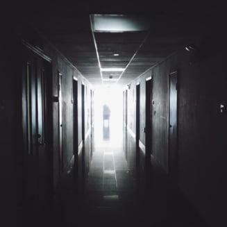 Un copil de 7 ani a murit la spitalul din Pascani: Defibrilatorul a ajuns in 40 de minute, carat de la parter la etajul 5. Medicul da vina pe parinti, DSP il contrazice