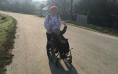 """Un copil parcurge trei kilometri zilnic in scanului cu rotile pentru a ajunge la scoala: """"Vreau sa invat carte"""""""