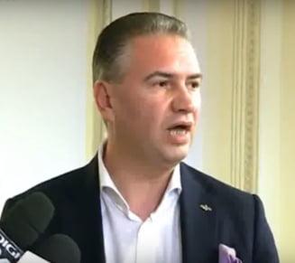 Un deputat PNL i-a jignit pe jurnalistii care cereau acces la sedinta in care se discuta despre R. Moldova