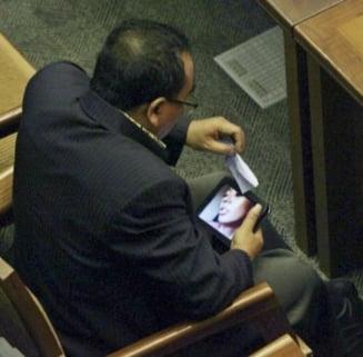 Un deputat indonezian si-a dat demisia dupa ce a fost prins uitandu-se la filme porno