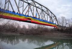 Un drapel tricolor a legat cele doua maluri ale Prutului. S-a marcat astfel intrarea in Anul Centenar al Marii Uniri