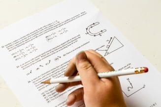 Un elev care voia sa copieze la Evaluarea Nationala dat de gol de un mesaj Ro-Alert