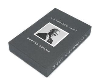 """Un exemplar de lux al editiei """"Pamantul fagaduintei"""", de Barack Obama, in licitatie la Bucuresti. Cartea are semnatura olografa a autorului"""