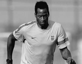 Un fost jucator englez de nationala a murit dupa ce s-a prabusit pe teren