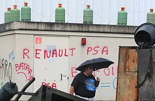 Un grup de muncitori francezi vrea sa arunce in aer fabrica