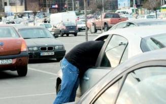 Un hot a dat lovitura. A profitat de faptul ca portierele unei masini nu erau asigurate si a furat o suma importanta de bani