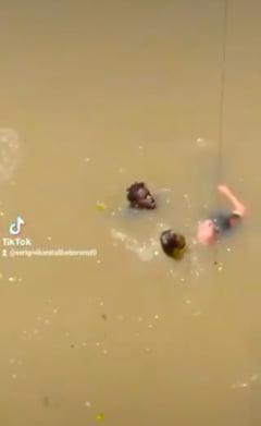 Un imigrant din Senegal s-a chinuit minute in sir sa salveze un batran cazut intr-un rau, in Spania, in timp ce trecatorii filmau VIDEO
