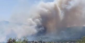 """Un incendiu izbucnit lângă Atena se extinde rapid. """"Este scăpat de sub control"""" VIDEO"""