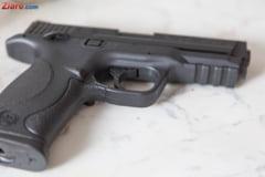 Un italian a mers cu un pistol intr-o comunitate de rromi sa recupereze o datorie de 100 de lei. A fost retinut