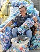 Un italian a reciclat milioane de capace de plastic