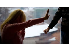 Un jandarm si iubita lui, acuzati ca au exploatat sexual doua fete de 15 ani