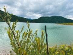 Un lac din judetul Brasov curatat de deseuri cu o ambarcatiune 100% electrica, prima de acest fel din Europa