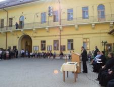 Un liceu din Cluj nu permite baietilor par mai lung de 5 centimetri - Ce spun elevii si directorul scolii