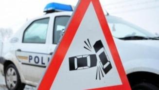 Un microbuz, o autoutilitara si un autoturism, implicate intr-un accident in Prahova. Trafic blocat total