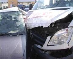 Un microbuz cu pasageri, implicat intr-un accident la Maracineni