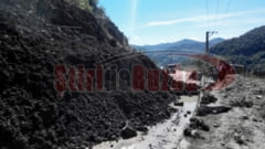 Un munte de namol a acoperit drumul national DN 10, la Siriu. Traficul va fi intrerupt cel putin trei zile