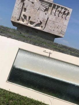 """Un nou """"punct de colectare a deseurilor"""" pentru neamul prost: Monumentul de la Guruslau"""