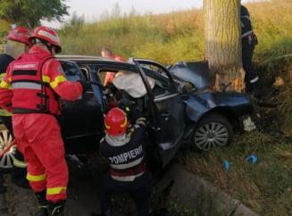 Un nou carnagiu pe șosea. Trei bărbați au murit și o tânără a fost rănită după ce mașina în care se aflau s-a înfipt într-un copac