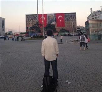 Un nou fenomen in Turcia: Oamenii sfideaza politia stand nemiscati si muti cu orele