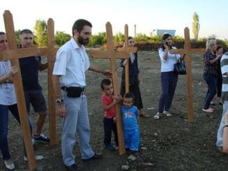 Un nou protest pe terenul pentru moschee - 500 de cruci au fost infipte acolo