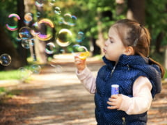 Un nou studiu arata ca este putin probabil ca noul coronavirus sa fie transmis de copii