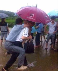 Un oficial chinez a fost demis dupa ce a fost carat in spate la inundatii