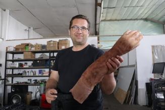Un orădean a construit o mână bionică funcţională şi lucrează la un robot care ar putea lua locul unui angajat care intră în contact cu publicul