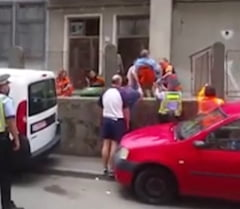 Un pacient cu infarct a fost scos de medici peste gard. Un sofer blocase intrarea