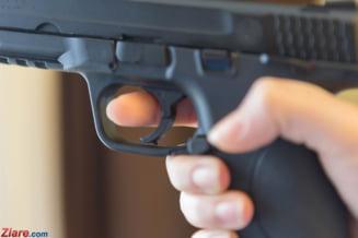 Un pacient de 70 de ani s-a internat in spital cu... pistolul la el