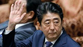 Un panou s-a desprins in zbor de pe avionul premierului Shinzo Abe