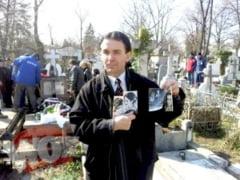 Un pitestean ingrijeste mormantul lui Adrian Paunescu