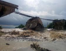 Un pod de cale ferata s-a prabusit in Brasov dupa trecerea trenului, din cauza unei viituri (Video)