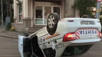 Un politist baut aflat in misiune s-a rasturnat cu masina dupa un accident