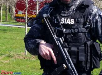Un politist de la trupele speciale a fost atacat cu sabia la o perchezitie UPDATE E in coma la spital (Foto)