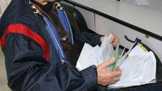 Un postas care obisnuia sa fure bani din alocatii, condamnat la inchisoare cu suspendare pentru delapidare