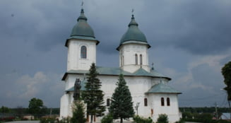 Un preot din Vaslui s-a pozat de Paste cand facea gratar in cimitir. Episcopia face ancheta