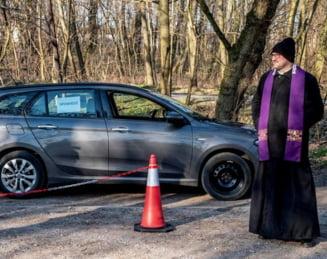 Un preot polonez spovedeste enoriasii in format ''drive in'', pentru a evita contaminarea cu COVID-19