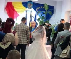 Un primar care oficia casatorii fara sa poarte masca de protectie a fost diagnosticat cu COVID-19