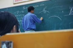 """Un profesor din Sibiu le preda din sala de clasa elevilor aflati acasa: """"Cred ca sunt singurul din judet. Mi s-ar parea normal ca scolile sa fie lasate deschise"""""""
