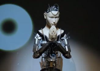 Un robot slujeste intr-un templu budist vechi de 400 de ani (Video)