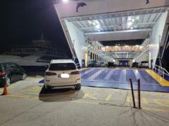 """Un român cu BMW a lăsat mașina pe """"No parking"""" într-un port din Thassos. Când a sosit feribotul i-a mutat bolidul cu rampa: """"Poliția i-a luat deja numerele"""""""