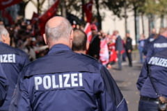 Un roman a atacat un biciclist cu o bara de fier, in Germania, a ranit trei politisti si a vrut sa sugrume un caine