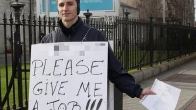 """Un roman din Irlanda cere un loc de munca pe strazi, ca """"om-sandvis"""""""