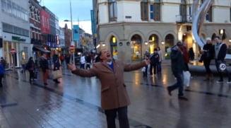 Un roman face senzatie in Belfast: Doamnele imi zambesc (Video)