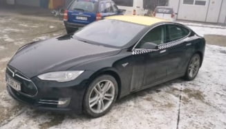 Un roman face taxi cu o Tesla Model S (Video)