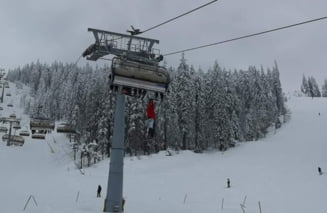 Un schior a ramas agatat intr-un telescaun, pe o partie din Poiana Brasov, dupa ce ar fi vrut sa sara pentru a-si recupera un schi