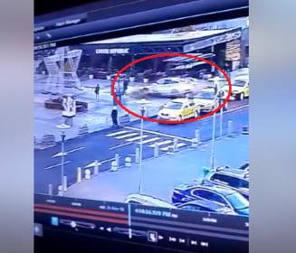 Un sofer a intrat cu viteza in parcarea Baneasa Mall si a spulberat doua taxiuri (Video)