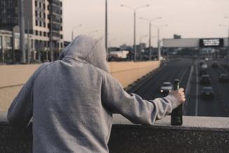 Un sucevean care consuma bauturi alcoolice langa o biserica a sesizat Politia dupa ce un trecator i-a luat sticla si a fugit