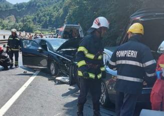 Un tânăr de 30 de ani a murit după ciocnirea a patru autovehicule pe Valea Oltului. Accident rutier extrem de grav