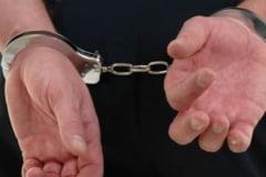Un tanar a fost retinut pentru furt calificat, iar altul este cercetat pentru aceeasi infractiune